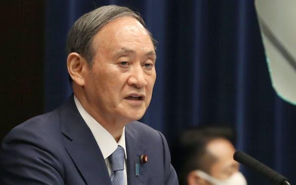 宣言の発令と延長を決め、記者会見で国民に理解を求める菅首相(30日、首相官邸)
