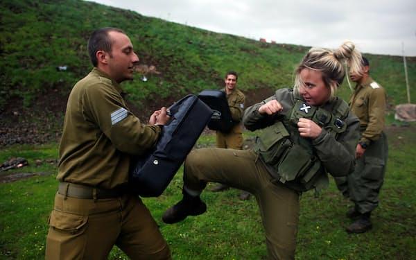 訓練を受けるイスラエルの女性兵士=ロイター