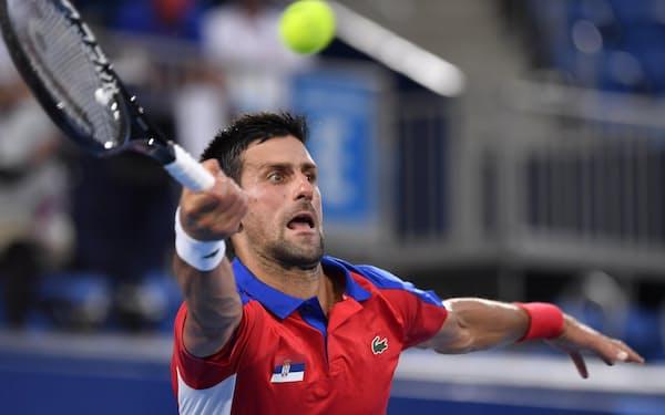 男子シングルス準決勝 セルビアのノバク・ジョコビッチのプレー(30日、有明テニスの森公園)=共同