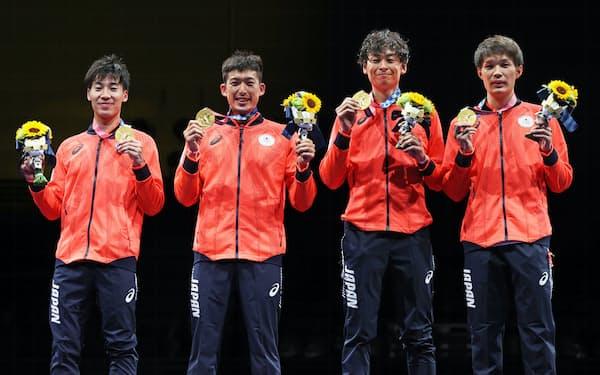 金メダルを獲得し、笑顔の(左から)加納、見延、宇山、山田の日本チーム