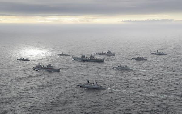 インド太平洋地域を東に進む、英空母クイーン・エリザベスを中核とする空母打撃群(英政府提供)