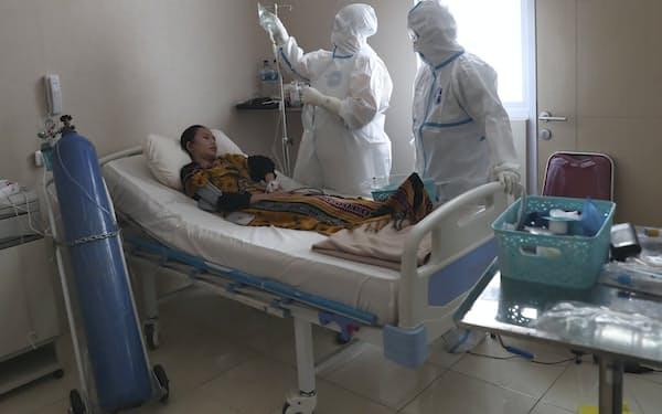 感染拡大が続くインドネシアでは医療の逼迫が深刻に(29日、ジャカルタ市内の病院)=AP