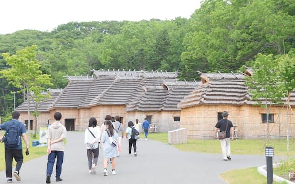 公園内には、アイヌ民族の集落を復元した施設もある