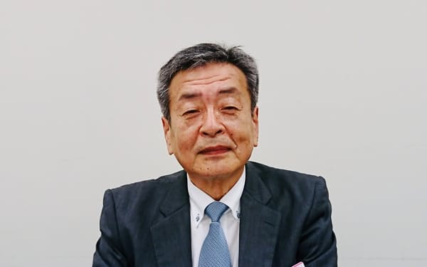 記者会見するAIメカテックの阿部猪佐雄社長(7月30日、東証)