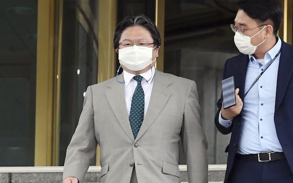 ソウルの韓国外務省を出る相馬総括公使(左、6月)=共同