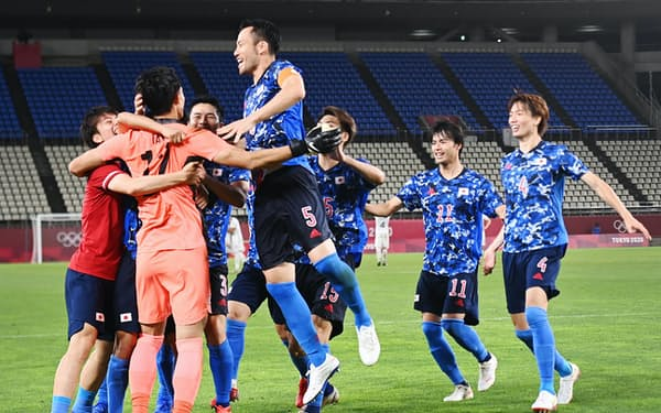 ニュージーランドとのPK戦を制し、喜ぶ吉田(左から4人目)ら日本イレブン
