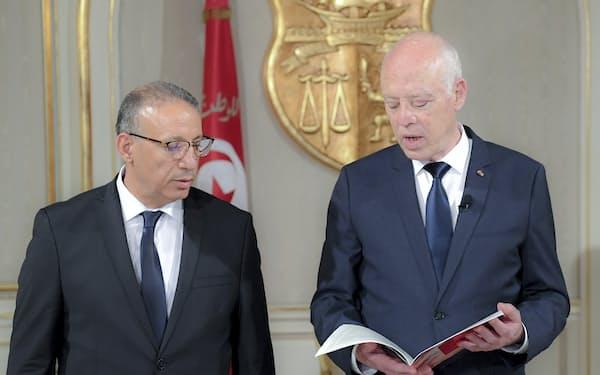 チュニジアのサイード大統領㊨は内相など主要閣僚のすげ替えを進める(7月29日、カルタゴ)=AP
