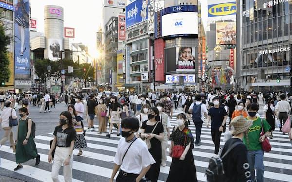 東京・渋谷のスクランブル交差点をマスク姿で行き交う人たち(7月31日)=共同