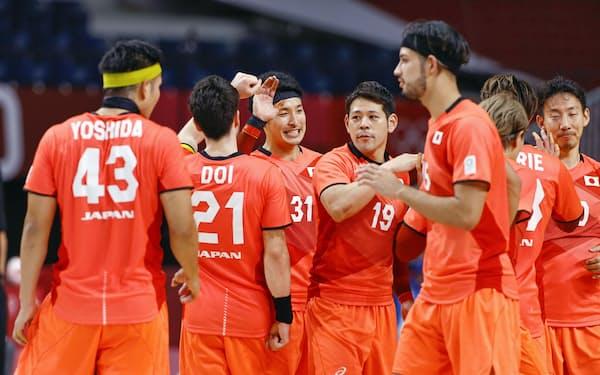 ポルトガルに勝利しタッチを交わす吉野(左から3人目)、徳田新(同4人目)ら=共同