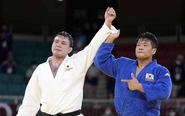 柔道男子100キロ級決勝を制したウルフ・アロン(左)。右は銀メダルの韓国の趙グハム=共同
