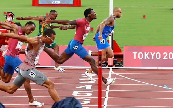 男子100メートル決勝で金メダルを獲得したイタリアのヤコブス(右)