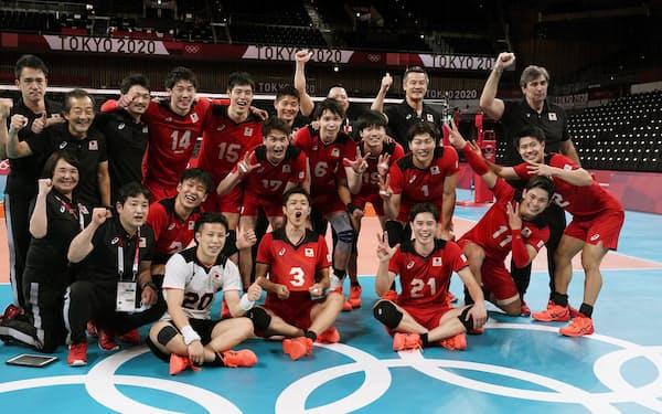 イランに勝利し笑顔の日本(有明アリーナ)=共同
