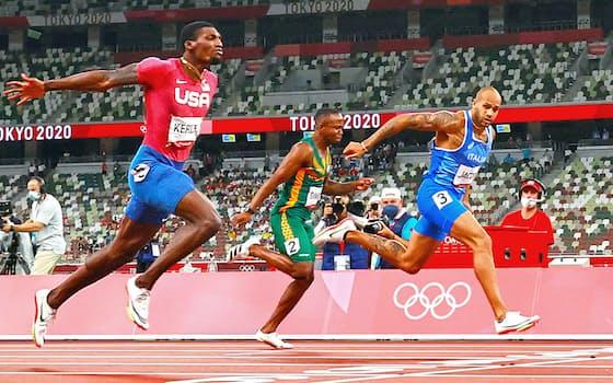 男子100㍍決勝で、世界歴代10位の9秒80で優勝したイタリアのヤコブス(右)。左は2位の米国のカーリー=山本博文撮影