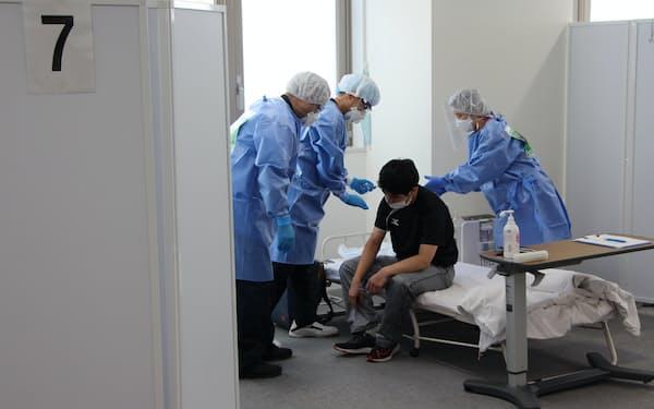 東京都は入院待機者の増加に備え、待機者専用の宿泊療養施設を増やす(平成立石病院での実演)