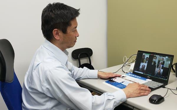 現地スタッフと打ち合わせをするユーアイジャパンの山田和夫社長