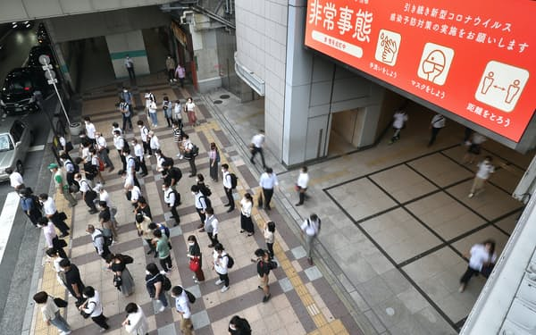 JR大阪駅前で信号待ちをする人たち(2日)