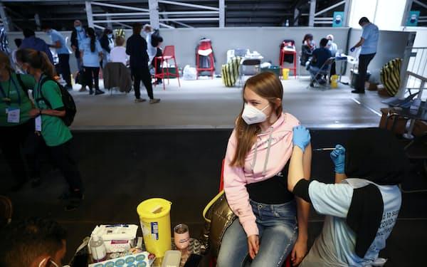 イングランドの18~29歳の若者のうち、1回目のワクチン接種を終えた人は66%にとどまる=ロイター