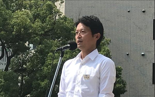 就任式で県職員にあいさつする斎藤元彦知事(2日、神戸市)