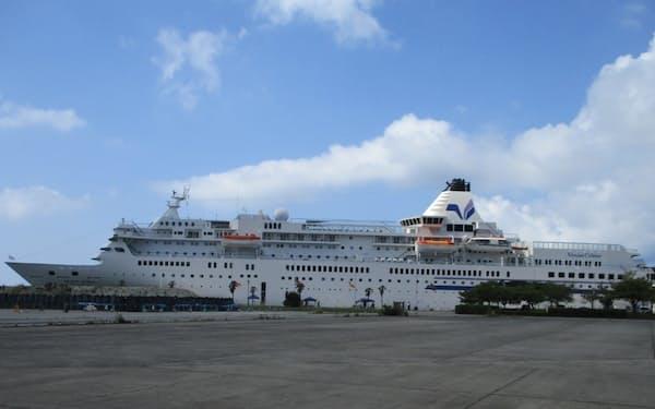小木港に寄港した「ぱしふぃっくびいなす」(7月31日、佐渡市)