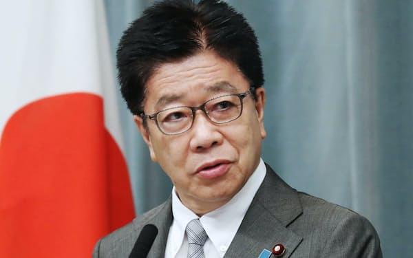 記者会見する加藤官房長官(2日、首相官邸)