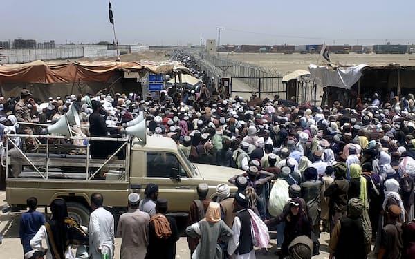パキスタンとの国境に押し寄せるアフガンの人々(7月17日、パキスタン西部)=AP
