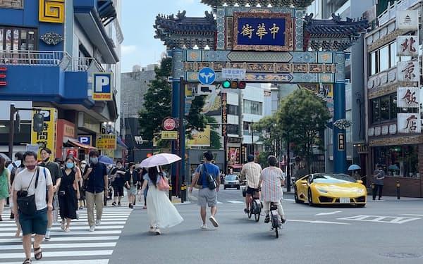 夏休みシーズンに入り、観光客の姿も見られる(7月31日、横浜市)