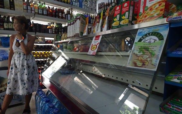 食料品店内は薄暗く、冷蔵庫は空っぽだ(7月28日、ベイルート)