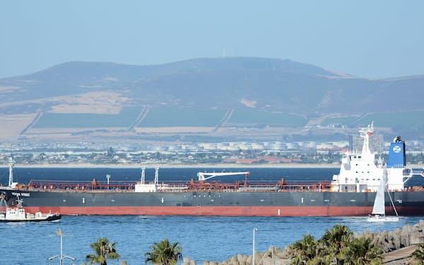 オマーン沖で攻撃されたタンカー(2016年1月、南アフリカ・ケープタウン沖、ロイター)