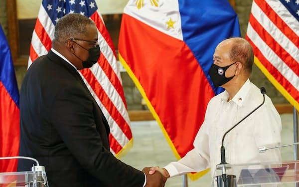 オースティン米国防長官(左)はフィリピン訪問で重要な軍事協定の存続合意の成果をあげた=ロイター
