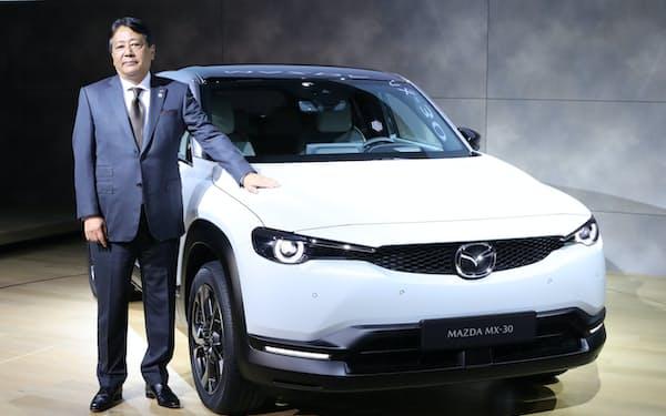 「MX-30」を初めて披露したマツダの丸本明社長(2019年10月、東京都江東区)