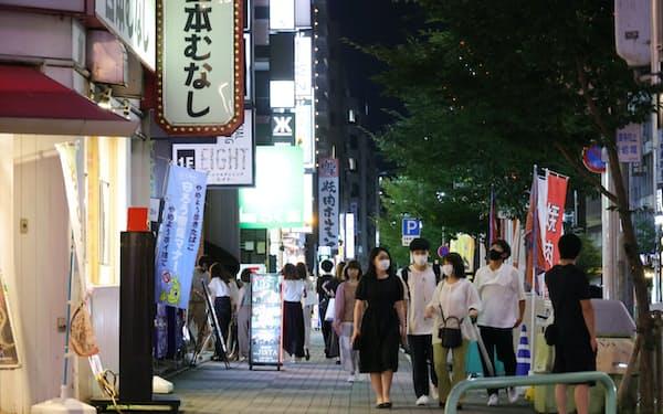 夜の飲食店街を行き交う人たち(7月、名古屋市中区)