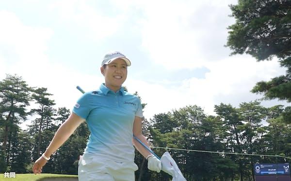 練習ラウンドで笑顔を見せる畑岡奈紗(霞ケ関CC)=共同