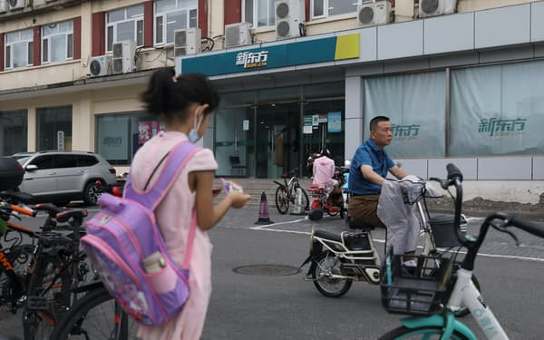 習近平指導部による規制で、小中学生向けの学習塾は非営利団体として活動しなければならなくなる(北京、新東方教育の学習塾)=ロイター