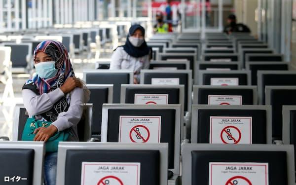 インドネシア政府は若年層への新型コロナウイルスワクチンの接種を急ぐ(7月28日、ジャカルタ)=ロイター