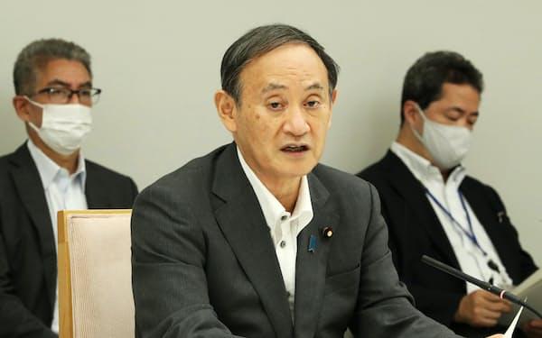 新型コロナの医療提供体制に関する関係閣僚会議で発言する菅首相(2日、首相官邸)