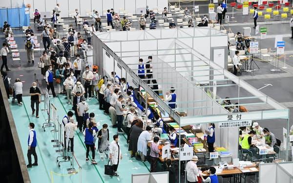 東京や大阪では自治体の想定以上に高齢者の接種が進んだ(6月、大阪市の大規模接種会場)