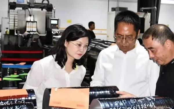 企業を視察する雲南省投資促進局の段穎局長㊧(同省下部組織のSNSから)