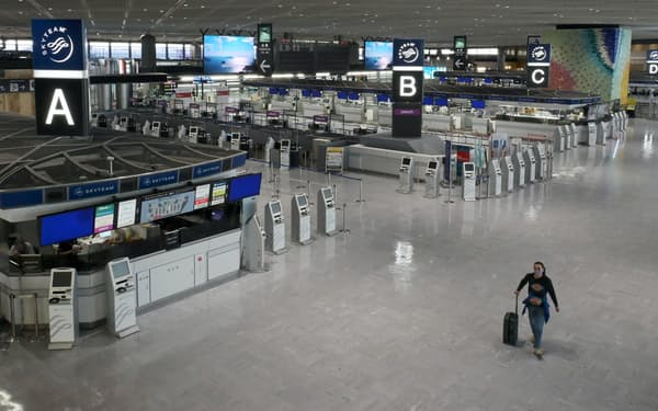 閑散とする成田空港の国際線出発ロビー(2021年6月2日)