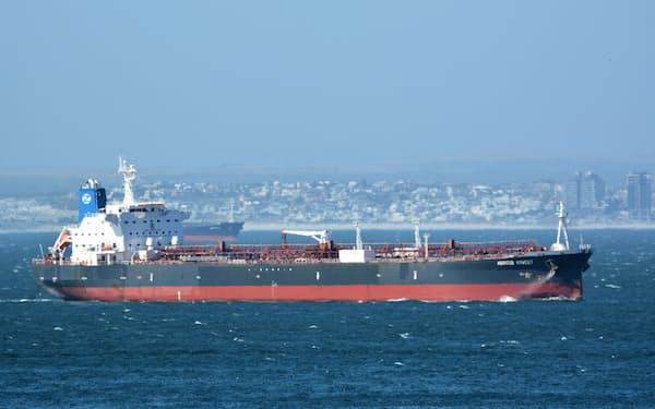 オマーン沖で何者かに襲撃されたタンカー。米国、英国はイランの攻撃と断定している(写真は2015年12月)=ロイター