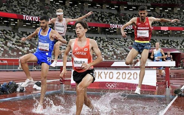 男子3000メートル障害決勝 水濠を越える三浦龍司(手前右)。7位入賞を果たした=共同