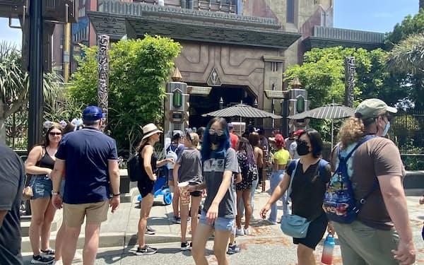 米ウォルト・ディズニーはテーマパークでの屋内マスク着用を再び義務づける(7月、カリフォルニア州アナハイム)