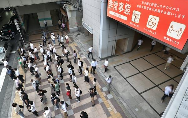 大阪府に緊急事態宣言が適用され、企業も出社抑制などの対応を強化する(2日、大阪市)