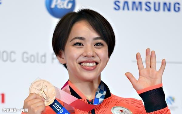 体操女子の種目別床運動で銅メダルを獲得し、記者会見で笑顔を見せる村上茉愛(3日、東京都内)=代表撮影・共同