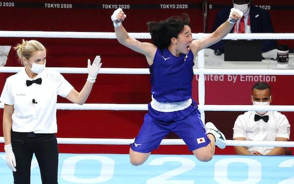 女子フェザー級決勝でフィリピン選手を破り、喜ぶ入江