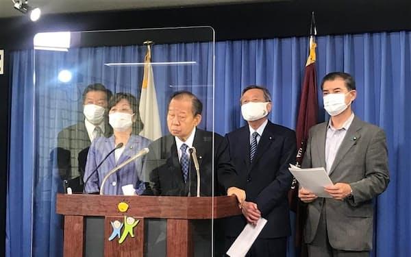 記者会見する二階俊博幹事長(3日、党本部)