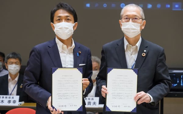 政策協定は玉木氏と神津氏の2人で署名した