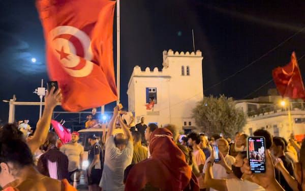 サイード大統領が議会停止を宣言した翌日、議会前で集会を開き大統領支持を訴える参加者=ロイター