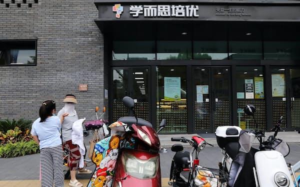激しい競争を勝ち抜くため、中国の子供たちは幼いころから猛勉強を強いられる(北京、好未来の塾)=ロイター