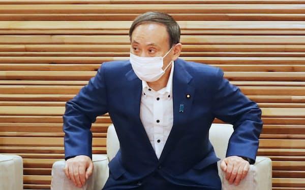 閣議に臨む菅首相(3日午前、首相官邸)