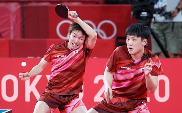 張本とのペアでスウェーデン選手と対戦する丹羽(左)。団体戦にかける思いは強い